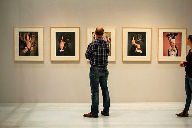 26. Wyoming'deki kamu binalarının içinde bir sanat sergisi olmak zorunda.