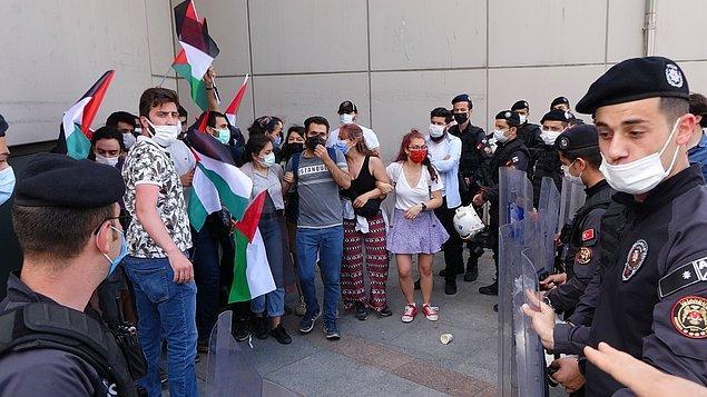 """Basın açıklamasının ardından dağılıma geçen grup, sivil polisler tarafından durduruldu. Daha sonra gelen çevik kuvvet polisi, Taksim Meydanı'nda """"izinsiz"""" yapılan eylem nedeniyle göstericilerin ayrılmasına izin vermedi."""