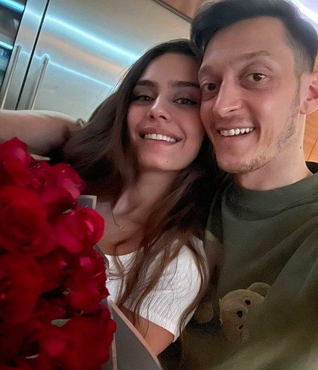 Geçtiğimiz günlerde Özil ailesi sosyal medya hesaplarından bir fotoğraf paylaştı. Ancak fotoğraftaki saatler birçok sosyal medya kullanıcısının gözünden kaçmadı.