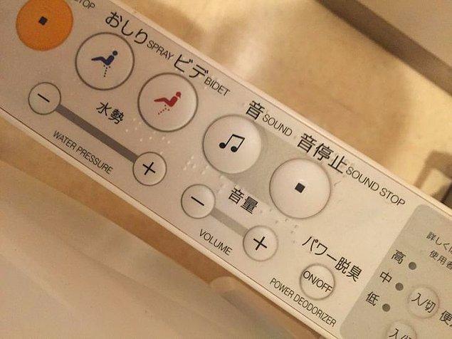"""3. """"Japonya'daki çoğu tuvalette dışarıdaki insanların kabinin içini duymasını engelleyen parazit/su sesi çıkartan bir düğme bulunur."""""""