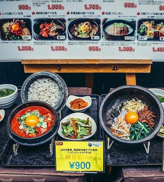 8. Birçok restoran, müşteri çekmek için vitrinlerinde menülerindeki yemeklerin kopyalarını sergiliyor.