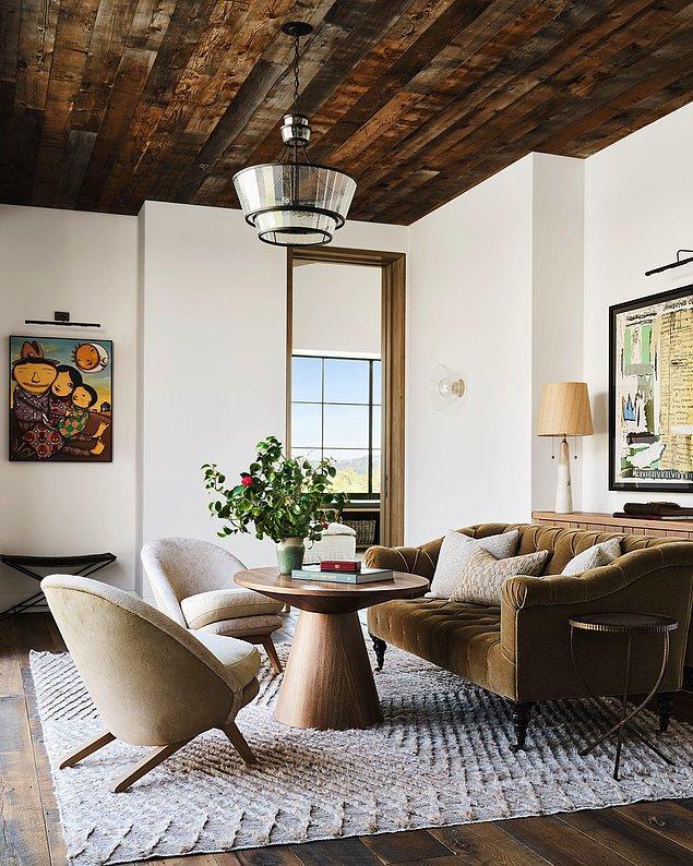 Modern mobilyalar evin aydınlatmasıyla buluşunca ahşap rustik duvarlarla göz alıcı bir kontrast oluşturuyor.