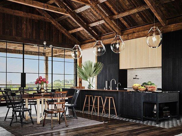 Yüksek tavanlar açık bir mutfak ve küçük bir yemek masasıyla birleşince havadar ve sıcak bir atmosfer yaratıyor.