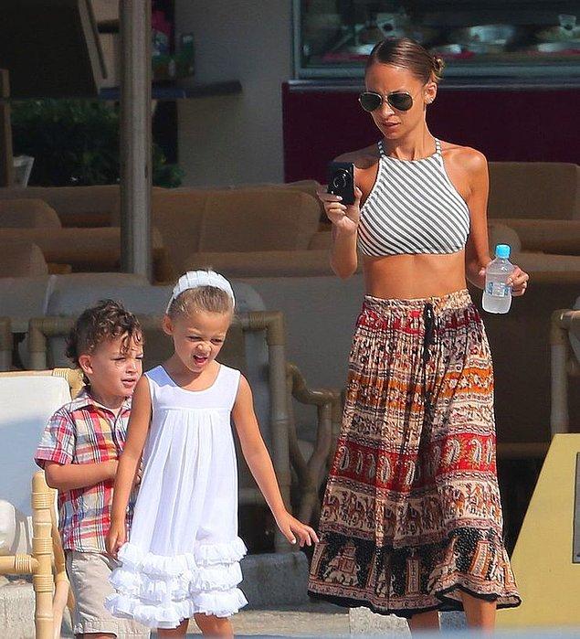 8. Çocukları belli bir şekilde giydirmek zorundalar.