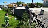 Bahçenin Dışına Çıkmaya Üşenince Uzaktan Attığı Çöp Poşetini Çöp Tenekesine Sokarak Fenomen Olan Adam
