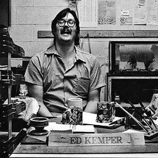 1. Ünlü seri katil Ed Kemper'in büyükannesi ve büyükbabası, annesi ve annesinin en yakın arkadaşı da dahil olmak üzere en az 10 kişiyi öldürdüğü ve sakat bıraktığı biliniyor.