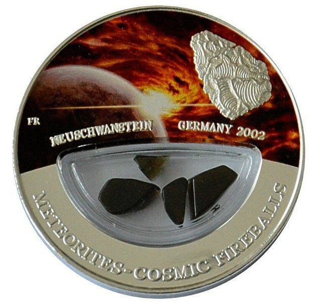 10. Fiji Cumhuriyeti, içinde 2002'de Almanya'ya düşen Neuschwanstein meteorunun gerçek parçalarının bulunduğu 999 adet 10$'lık madeni para bastırmıştır.