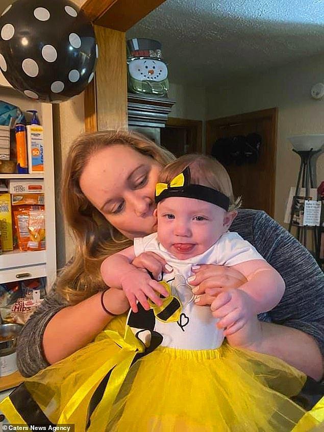 Arı kostümü giymiş bir Rowan. Kaylie, bu zorlukları atlattıkları için çocuklarıyla gurur duyduğunu söylüyor.