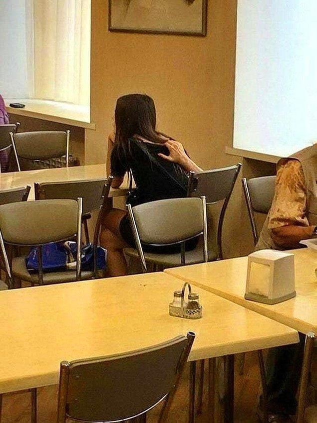 3. Kız, sırtını kaşırken korku filmlerinden fırlamış gibi görünüyor.