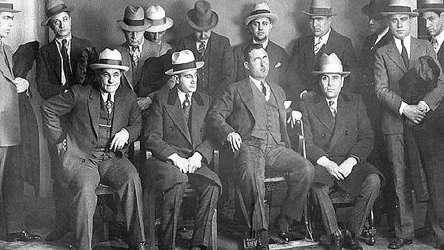 """1. İtalyan mafyası, birkaç yerel grup ve onların zorba zengin çevrelere karşı """"adalet"""" arayışlarıyla başlamış ve New York ve Paris gibi büyük şehirlerde nüfuz sahibi olarak tüm dünyaya yayılmıştır."""