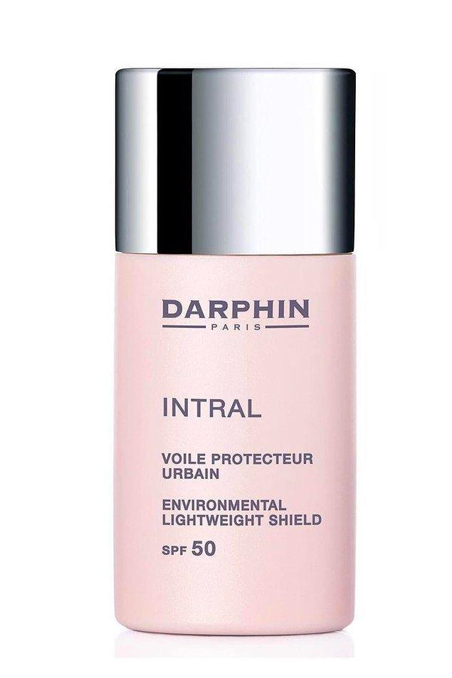 3. Hassas cilde sahip olanların da rahatlıkla kullanabileceği, Spf 50 korumalı Darphin nemlendirici, cildinizi çevresel faktörlere karşı da koruyor.