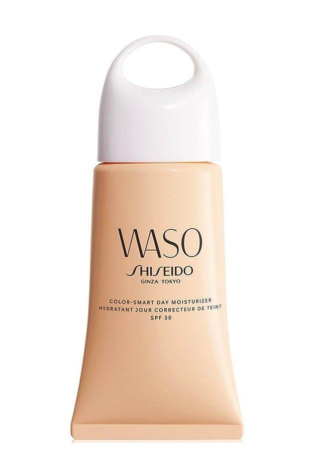 6. Shiseido Spf30 içeren nemlendirici, doğal ve ışıldayan bir görünüm için ciltle temas ettiği anda cilt tonunuza uygun bir renge dönüşür.