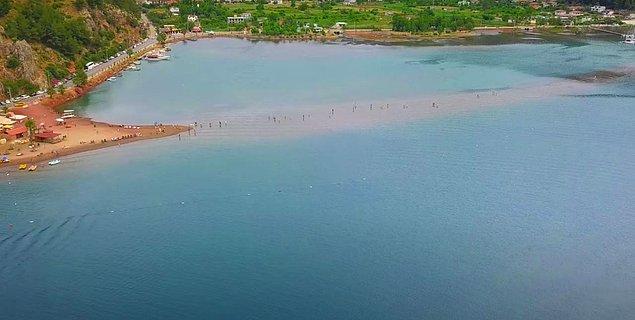 Marmaris'in en yeşil köylerinden biri Orhaniye Köyü sıradan olmaktan çok uzak bir köy. Buranın en önemli özelliği ise deniz üzerinde yürüyor hissi veren 600 metre uzunluğunda batık bir patika gibi uzanan plajdı.