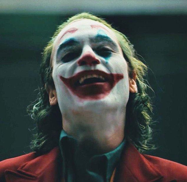 1. İlk filmde olduğu gibi Joker 2 filminin yazar ve yönetmeni de Todd Phillips olacak.