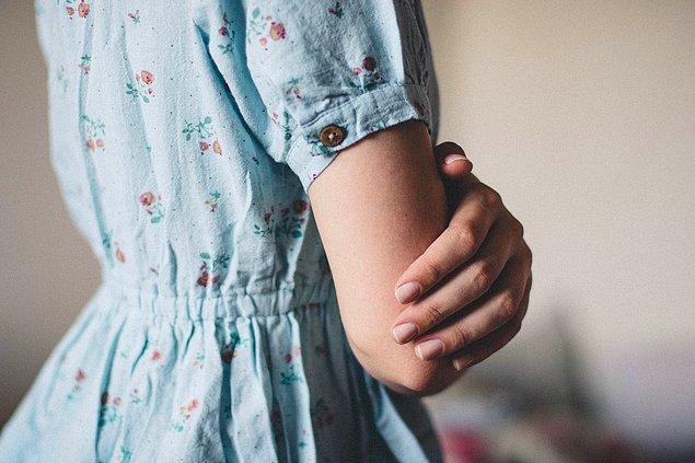 4. Büyük desenli kıyafetler yerine daha minimal desenler ya da düz renkler tercih edin.