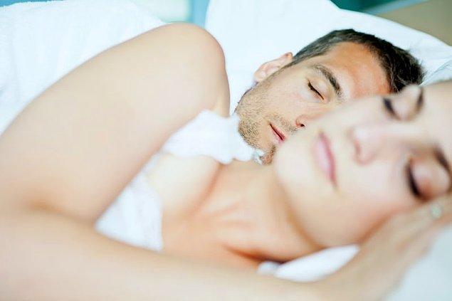 5. Yapılan araştırmalar, birlikte uyuyan çiftlerin, tek başına uyuyan insanlardan daha dinlenmiş uyandığını ortaya çıkarmıştır.