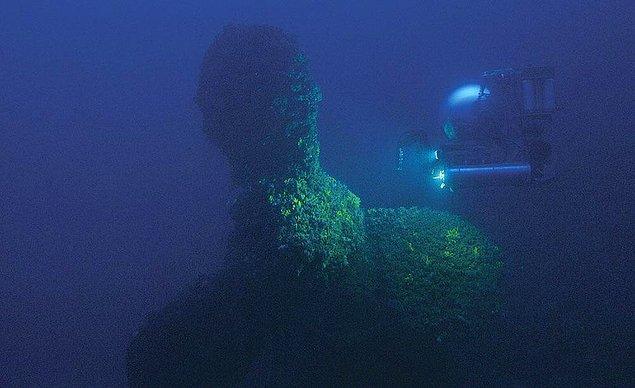 11. Fotoğrafta gördüğünüz Titanik'in kardeş gemisi olan HMHS Britannic'in enkazıdır. Birinci Dünya Savaşı patlak verdiğinde, bu gemi bir hastane gemisine dönüştürülmüştür.