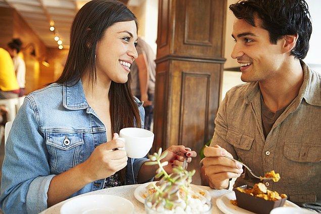 """Erkeklerin kadınlara yaptığı oral seksi adlandırmak için kullanılan """"eating out"""" kavramı (restoranda yemek yemek anlamına da gelir)erkeğin kadına verdiği bir ödülü, hediyeyi çağrıştırmaktadır."""