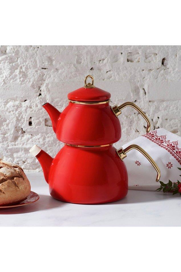 11. Kırmızı retro görünümlü bir emaye çaydanlık...