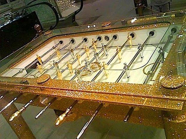 25. Altın bir langırt masası da ancak Dubai'de olabilirdi.
