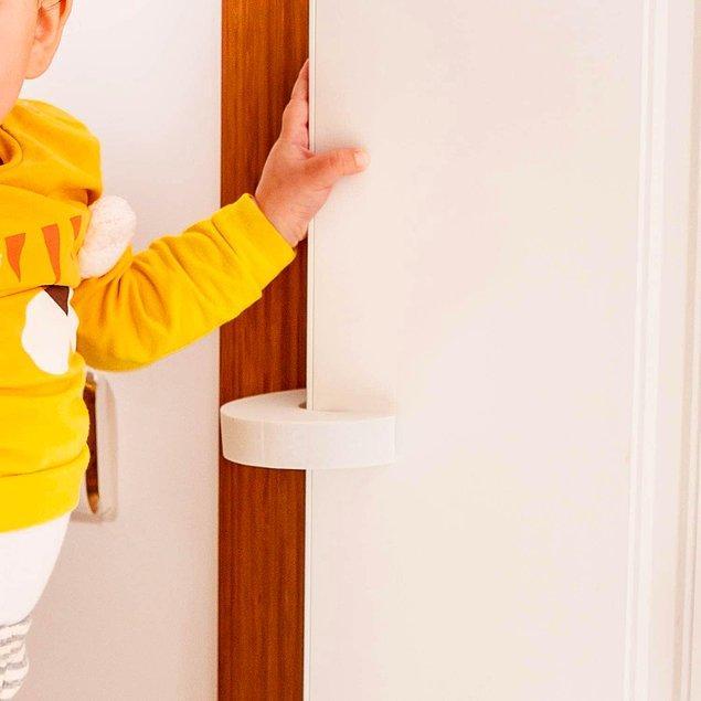18. Bebeğinizin minik elinin kapıya sıkışmasını önleyecek son derece basit ama bir o kadar da işlevsel bir sünger parçası.