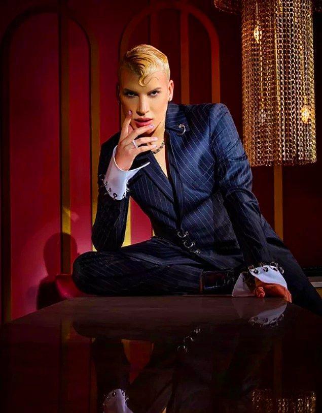 Dün TV8'in NR1 Video Müzik Ödülleri'nde 'Peşimde' şarkısı ile En İyi Çıkış Ödülü'nü Kerimcan Durmaz aldı.