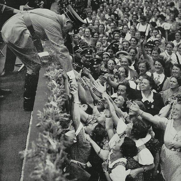 Ayrıca Hitler onu destekleyen kadınların da hala ona ilgi duymasını istiyordu bu yüzden de Eva ile görünmesi bu ilgiyi köreltirdi.