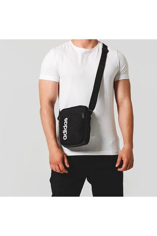 2. Cüzdan, telefon ve anahtarları cebinde taşımaktan sıkılan babalar için spor ve şık bir çanta.