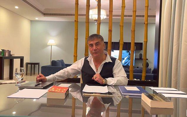 İkinci videoda ise televizyonundaki Mustafa Kemal Atatürk görseli, boynundaki Zülfikar kılıcı kolyesi, ''Kovulan Sosyalist Troçki''  kitabı ve yine üç adet zarf göze çarpıyor.