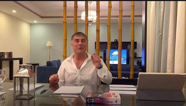 Üçüncü videoda Sedat Peker'i ''Baba'nın Dönüşü'' adlı kitapla görüyoruz. Televizyonda ise Mescid-i Aksa görüntüsü dikkat çekiyor.