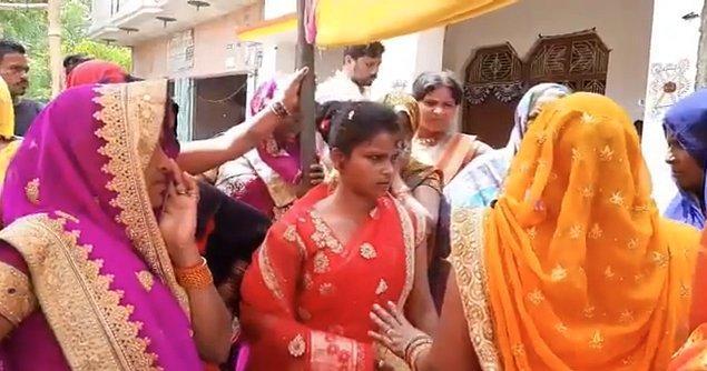 Kadın, damadın ailesinin polisi arayarak arabuluculuk yapmalarına ve düğünü kutlamalarını talep etmelerine rağmen yerinden kıpırdamayı reddetti.