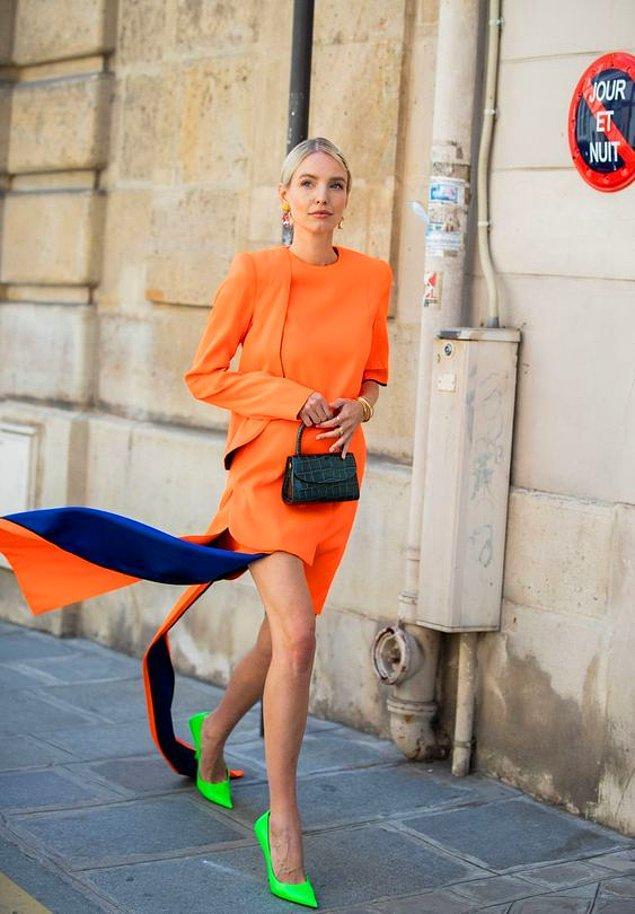 Özel günlerde siyaha kaçmak yerine renkli elbiseler tercih et!