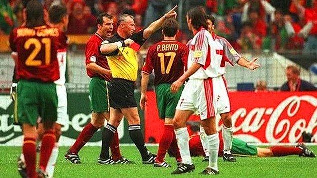 2000 Avrupa Şampiyonası - Alpay bu sefer de gereksiz kırmızı kart yiyor