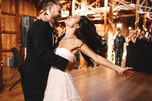 2. ABD Newlyweds'de evlenen çift gerdeğe konukların gözü önünde ve tören sırasında yere serilen hasır üstünde giriyor.