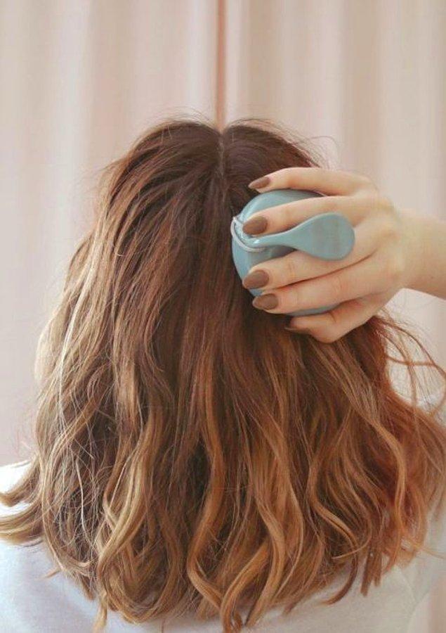 2. Sağlıklı bir saç derisi bakımı için saç masajı yapın.
