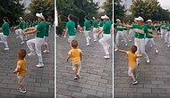 Büyükleriyle Birlikte Müziğin Ritmine Ayak Uydurarak Dans Eden Ufaklık
