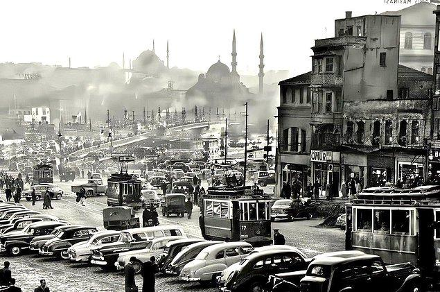 1950'lerde İstanbul'un trafik problemi bir hayli artar. Yaklaşık 16 bin aracın trafiğe çıktığı sokaklar ise dar ve araçların karşılıklı seyretme imkanı sınırlıdır.