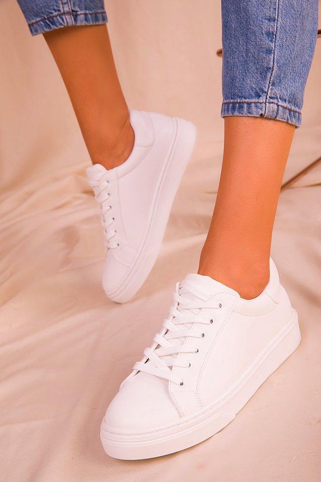 1. Beyaz spor ayakkabılar