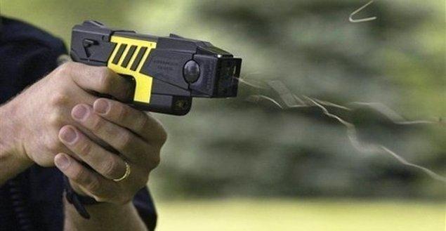 """16. """"Yarı çıplak bir adamın elektroşok silahıyla vurulduğunu görmüştüm. Vurulma sebebi ise 4. kattan aşağıya yatak fırlatması..."""""""