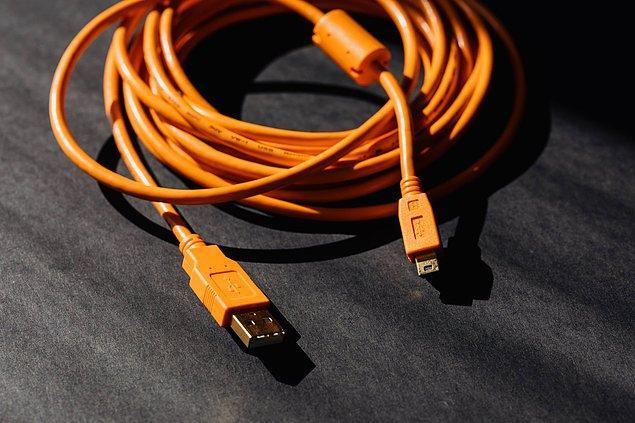 2. Karmakarışık kablolara takılıp düşmenizi engellemek için kablo düzenleyici şart!