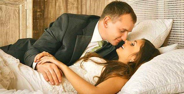 10. Kolombiya'da gelinin annesi gerdeğe giren çiftin yatağının kenarına oturup ilk ilişkiye şahitlik ediyor.