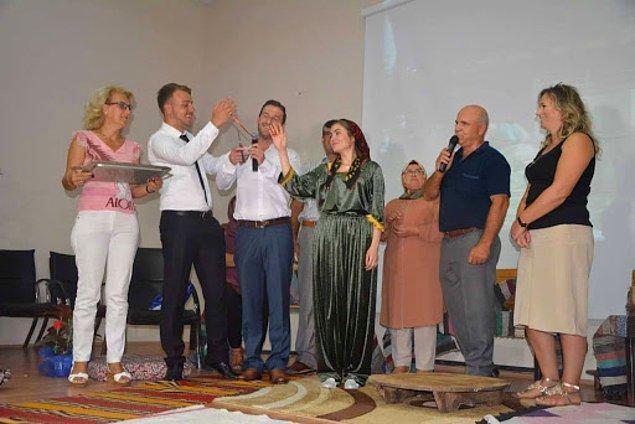 """12. Bulgaristan'da erkek, evleneceği kişiyi ailesinden istemeye arkadaşlarıyla gider ve yanında mutluluk, sağlık ve zenginliği temsil eden """"rakia"""" denilen özel bir ev viskisi ile """"zdravet"""" adı verilen yeşil çiçeklerden bir buket götürür."""