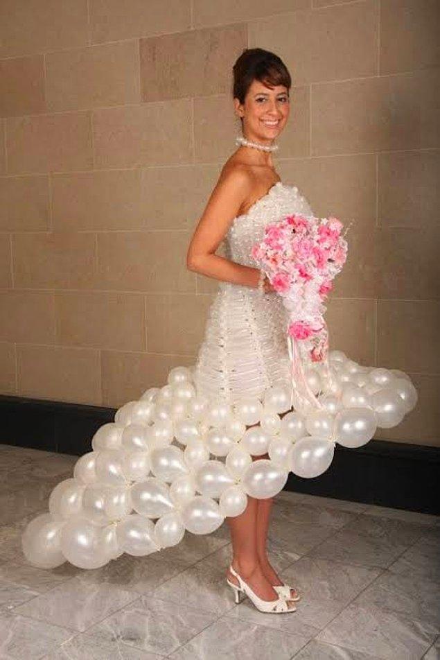 3. Düğün sonuna kadar kesici şeylerden uzak durması gereken bu gelinlik, tamamen balonlardan oluşuyor! Oldukça sıra dışı bir görünüme sahip olan balon gelinliğe birkaç su balonu ile siz de sahip olabilirsiniz. 😂