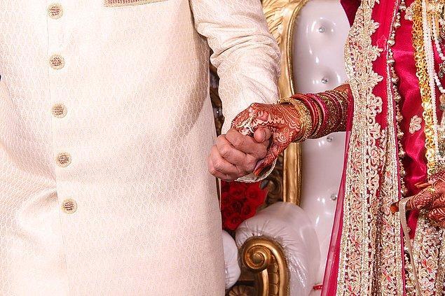 Diğer olaylı düğünümüzdeyse damat kaçtığı için gelin konuklardan biriyle evlenmiş. 😂