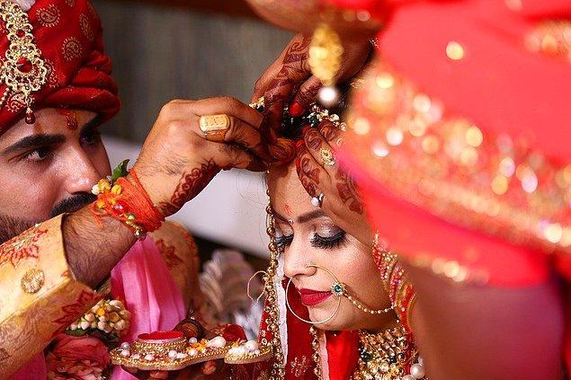 Bangalore Mirror gazetesine göre Naveen'in kız arkadaşı düğün sırasında konukların önünde zehir içerek kendini öldürmekle tehdit etmiş!
