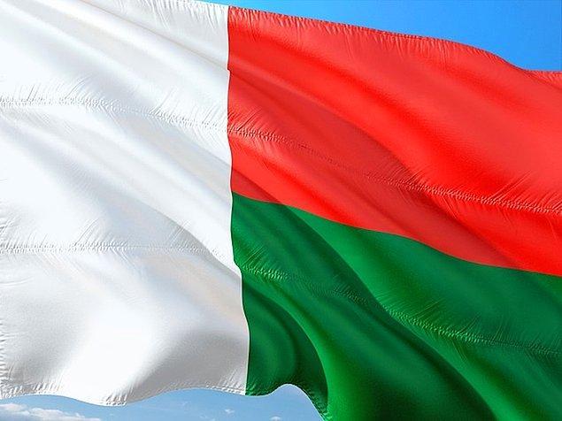 25. Madagaskar bayrağı kırmızı, beyaz ve yeşildir.