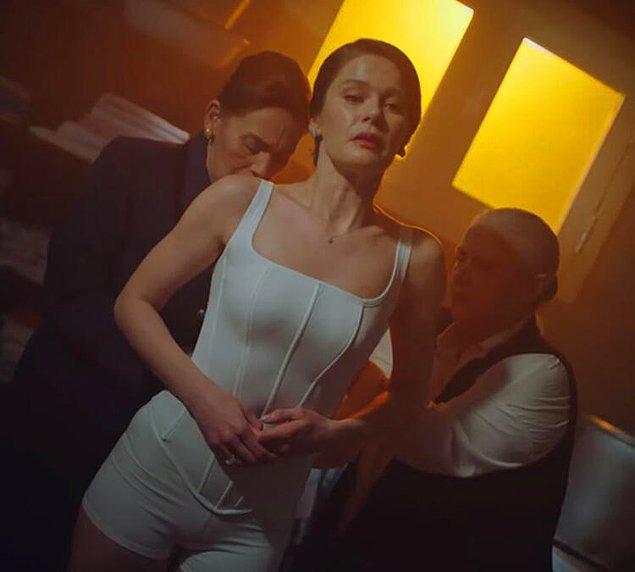 Türk takipçileri Kardashian'ı bu korsesi ile Camdaki Kız dizisinin başrolü Nalan'a benzettiler.