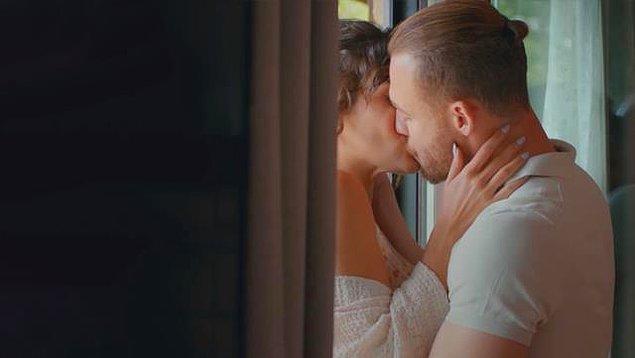 Başrollerinde Kerem Bürsin ve Hande Erçel'in yer aldığı Sen Çal Kapımı dizisi kısa bir aranın ardından ekranlara hızlı bir giriş yaptı.