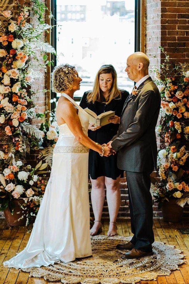 Birkaç ay önce evlilik yeminlerini yenileyen çift düğün boyunca gerçekten çok mutlu görünüyordu.