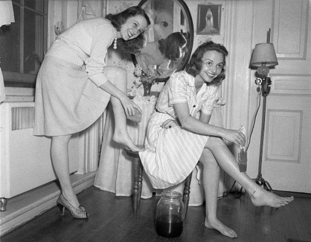 12. 2. Dünya Savaşı dönemindeki çaresizlik kadınları, çorap görüntüsü için bacaklarını boyamaya itti.
